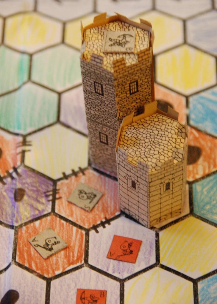 Spielfeld mit Türmen und Figuren